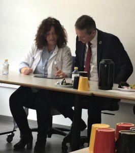 Finansminister Kristian Jensen ser på Hjerteportalen